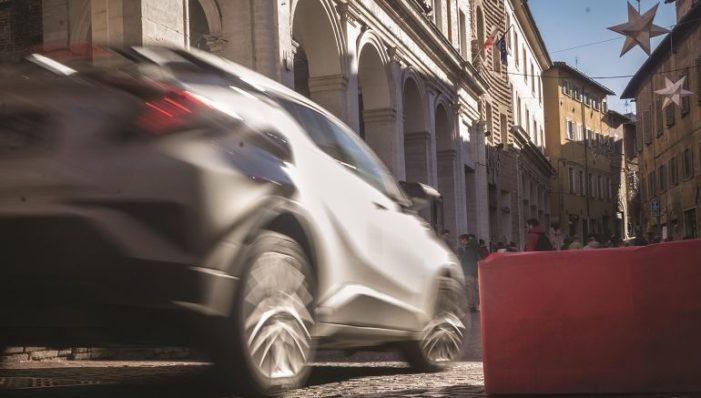 Barriere 'natalizie' antiterrorismo in centro a Urbino. Dubbi sull'efficacia